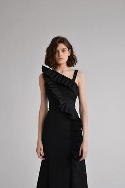 черное платье с рюшей